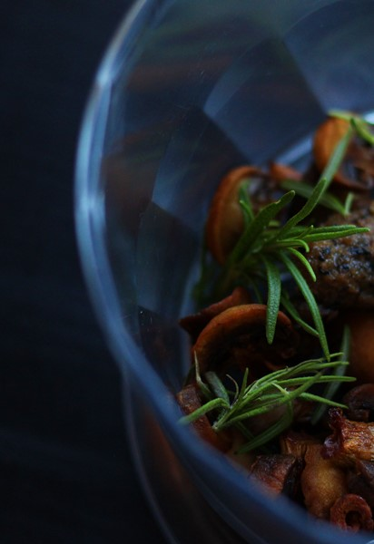 Mushrooms and rosemary, How to make flavored butter and how to use it. Learn it all at Ateriet.