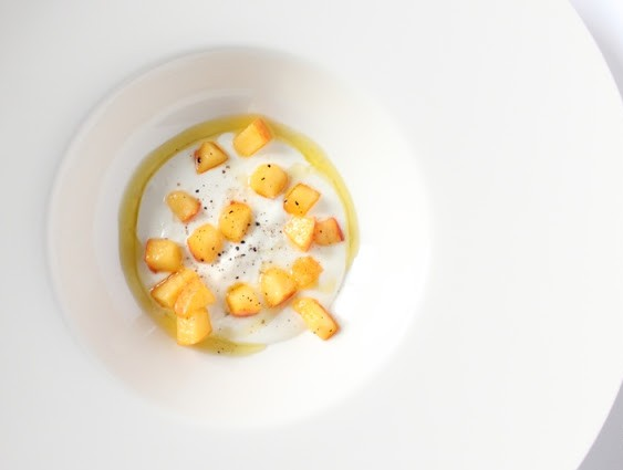 Goat cheese cream with marinated peaches and black pepper