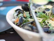 Spaghetti with mussels, cream and garlic
