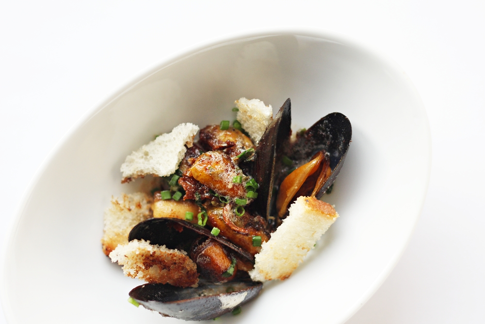 Pan fried Mussels with Croutons and Chives, get this great recipe at Ateriet